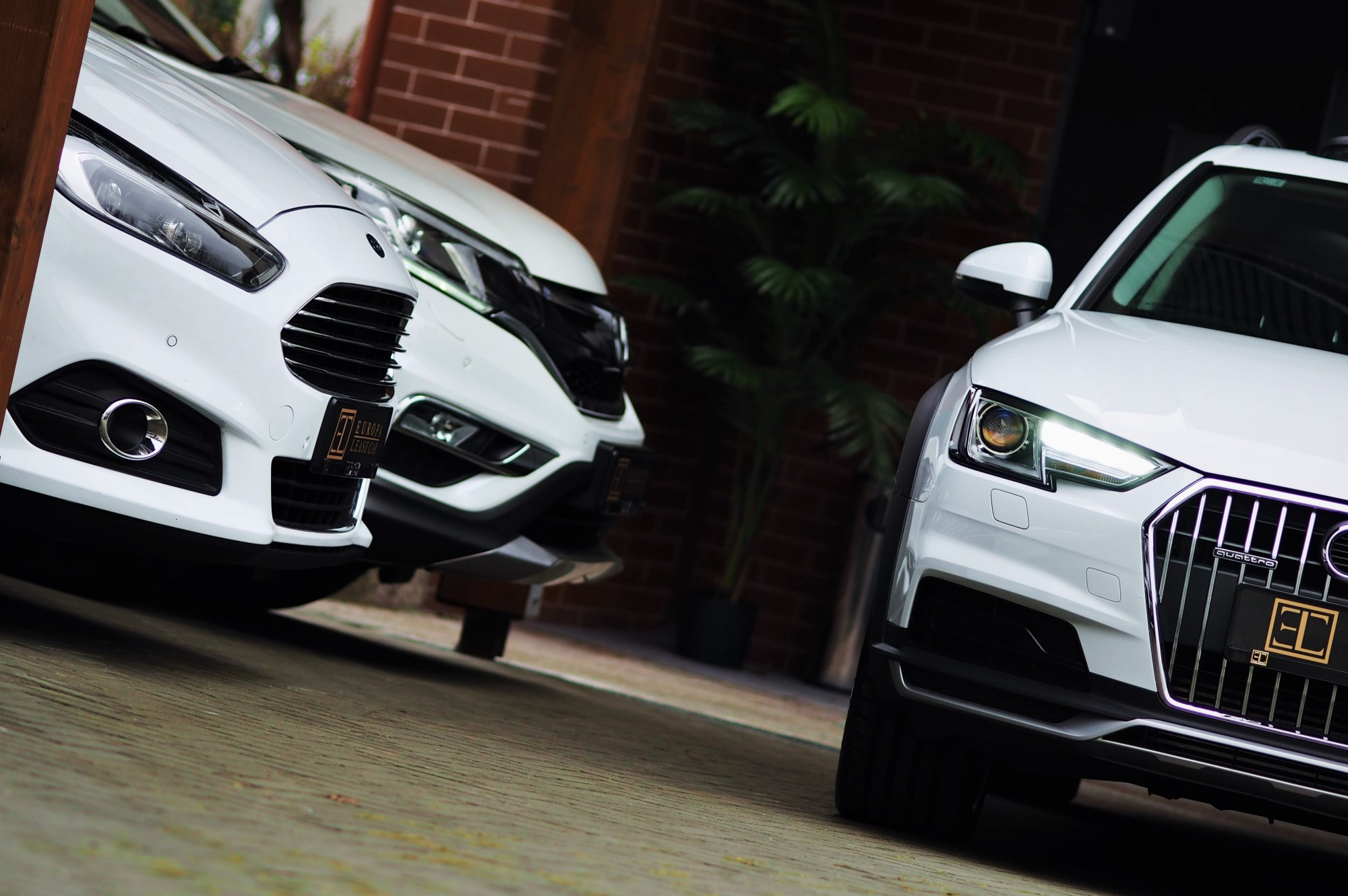 na dvore biele auta